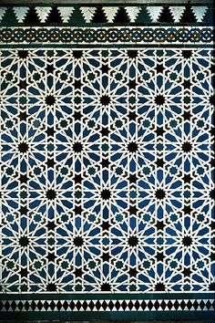 Image SPA 2517 featuring decorated area from the Alcazar, in Seville, Spain, showing Geometric Pattern using ceramic tiles, mosaic or pottery.