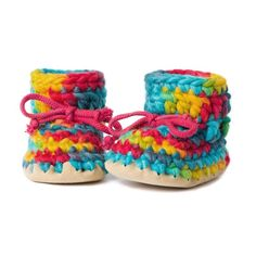 Diy-minus the sheep skin bottom obviously Cute Slippers, Baby Slippers, Crochet Baby Shoes, Crochet Slippers, Bb Shoes, Vibrant Colors, Colours, Ohana, Knitting Ideas