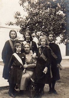 Maria Alicia de Borbon, youngest daughter of Carlos VII, with her daughters ( Cristina, Beatrice, Maria Luisa,  Francesca & Ernestina) ~ Viareggio, Italy