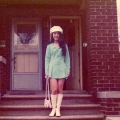 69 Color Snaps That Capture Daily Life of Teenage Girls in the Swinging Sixties Sixties Fashion, Mod Fashion, Vintage Fashion, Retro Outfits, Cute Outfits, Casual Outfits, White Gogo Boots, 20th Century Fashion, Teenager