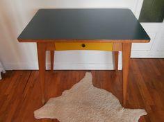 Durée de Vie Indéterminée: Petit bureau ou table bleu pétrole et jaune...