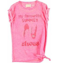 Leuk t-shirt van Retour Jeans met linksonder een knoop in de stof. Op de voorkant een grote print met studs en zilverstiksels, 'My favourite Summer Shoes by Retour'.  Retour Jeans Meta www.kidsindustry.nl