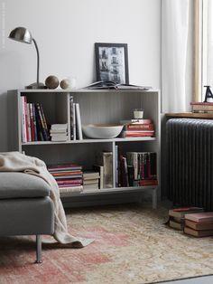 Att inreda med en vintagematta är ett enkelt sätt att få en lyxig patina och en personlig, ombonad känsla hemma. Här har vi valt en PERSISK REDYED matta i vackra nyanser som inramning till en läshörna i vardagsrummet. Matcha med bokryggarna i hyllan och inspireras att slå dig ner till en mysig lässtund. Gärna direkt på golvet.