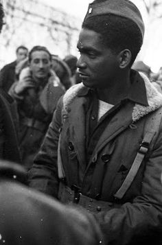 Black soldier of the Abraham Lincoln Brigade (the American Brigade of the International Brigades) in the Spanish Civil War. The International Brigades were the first occasion White and Black Americans fought togther, well before US army allowed it. African American History, American Civil War, American Soldiers, Native American, Aragon, Victor Hugo, Civil War Photos, Before Us, Military History
