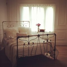 Love this bed frame. My Home Design, House Design, Bed In Corner, Shabby Chic, Queen, House Rooms, Living Rooms, New Room, Cozy House