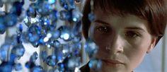 http://mundodecinema.com/azul/ - Como forma de prestar a minha homenagem ao realizador Krzysztof Kieslowski este será o primeiro artigo de três sobre a trilogia Trois couleurs. Por isso, mantendo um seguimento lógico, neste artigo irei fazer uma reflexão sobre o primeiro filme da trilogia, realizado em 1993, e alusivo à cor Azul.