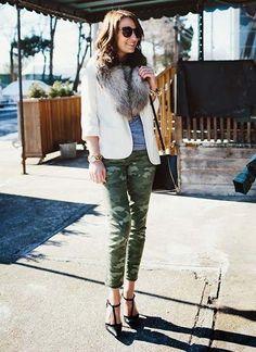 迷彩柄パンツ×白ジャケットのコーデ(レディース)海外スナップ | MILANDA