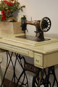 Vintage Furniture Diy Antiques Old Sewing Machines Super Ideas Sewing Machine Tables, Treadle Sewing Machines, Antique Sewing Machines, Sewing Table, Vintage Sewing Patterns, Sewing Cabinet, Sewing Machine Accessories, Sewing Rooms, Vintage Furniture