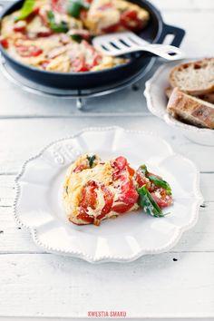 Frittata z pomidorami, mozzarellą i bazylią