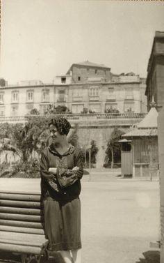Carmen Conde en el Muelle de Alfonso XII; al fondo, la Muralla del Mar. Mayo  1927.