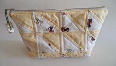 Lili Ponto a Ponto: #Necessaire em #patchwork amarela G www.lilipontoaponto.com.br lilipontoaponto@gamil.com