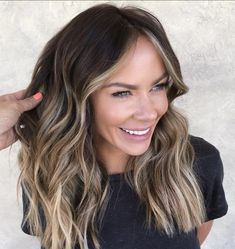 The Most Flattering Mid-Length Brown Hairstyles To Try in 2020 trends medium The Most Flattering Mid-Length Brown Hairstyles To Try in 2020 Brown Hair Balayage, Brown Blonde Hair, Balayage Brunette, Balayage With Highlights, Blonde Balayage Mid Length, Medium Hair Highlights, Mid Length Blonde, Blonde Honey, Color Highlights