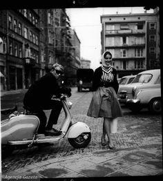 Ulica Chmielna, 1960 r. Roześmiana dziewczyna Matylda i fotograf Eustachy Kossakowski na skuterze lambretta.