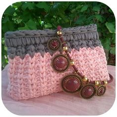 17 best images about crochet bags on trapillo Diy Crochet Bag, Crochet Clutch, Crochet Bracelet, Crochet Purses, Love Crochet, Learn To Crochet, Knit Crochet, T Shirt Yarn, Knitted Bags