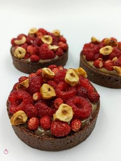 Tartelletta al cacao, fragoline e pistacchi | Passionedolce Cheesecake, Cakes, Sweet, Desserts, Food, Candy, Tailgate Desserts, Deserts, Cake Makers