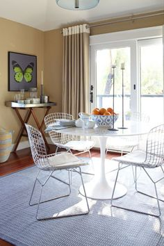 Marbled top Tulip table for a small casual dining space. Love the Bertoia style chairs, very open and airy.