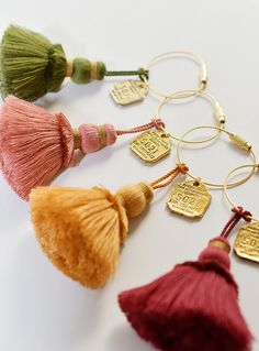 埋め込み画像 Handmade Keychains, Diy Keychain, Tassel Keychain, Saree Jewellery, Thread Jewellery, Jewelry Design Earrings, Tassel Jewelry, Pom Pom Crafts, Yarn Crafts