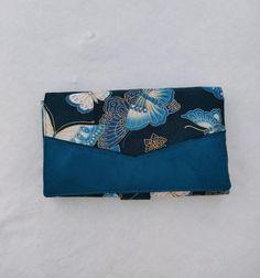 Compagnon Complice en suédine bleue et papillons cousu par Juliette - Patron Sacôtin