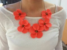 Collar de flores de fieltro en color coral