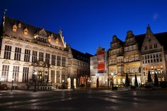 159 / Den Marktplatz bei Nacht entdecken -   Der Bremer Marktplatz ist auch bei Tage schon eine Sehenswürdigkeit, aber erst bei Nacht entwickelt er seine absolute Schönheit. Der beleuchtete Schütting und das Rathaus wirken bei Nacht noch einen Tick eleganter.