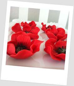 Poppies / Amapolas de fondant (in Italian), by Supertartas Caseras Icing Flowers, Gum Paste Flowers, Fondant Flowers, Edible Flowers, Sugar Flowers, Red Flowers, Fondant Figures, Fondant Cakes, Cupcake Cakes