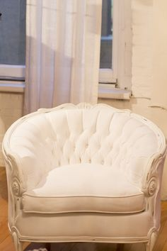 . Cozy Chair, White Chairs, Shades Of White, Dream Bedroom, Decoration, Furniture Ideas, Love Seat, Shabby Chic, Lounge
