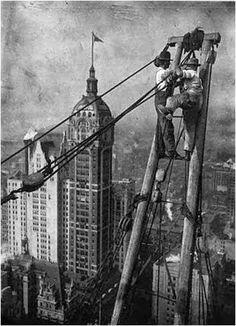 Operários de Nova Iorque na década de 1940 ajeitando a roldana da construção