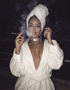 Girl with Cigar: Photo Gangsta Girl, Fille Gangsta, Boujee Aesthetic, Bad Girl Aesthetic, Stoner Girl, Rauch Fotografie, 420 Girls, Weed Girls, Bombshell Beauty