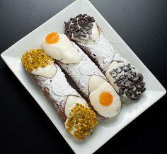 From Sicily comes the ultimate cannoli recipe. This then is: Zia Rosalinda's Cannoli😍😋🇮🇹 Italian Pastries, Italian Dishes, Italian Recipes, Cannoli Recipe, Italian Cake, Slow Food, Original Recipe, Carpe Diem, Ricotta