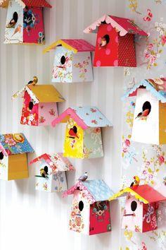 Denk einfach mal BUNTER! :) Kinder lieben es <3  kinderzimmer dekorieren lustige vogelhäuser an der wand