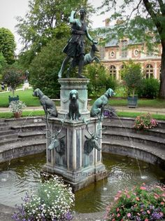 CHÂTEAU DE FONTAINBLEAU Gardens of the Palace of Fontainebleau : Diane fountain and its dogs made of bronze, flowers and trees of the Diane garden Beautiful Castles, Beautiful Gardens, Beautiful Places, Dog Fountain, Fountain Design, Garden Fountains, Water Fountains, Jardin Decor, Parks
