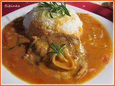 Vepřové plátky naklepeme, osolíme, opepříme, poskládáme na sebe a necháme odpočívat. Zatím si připravíme a omyjeme rajčata, papriku, cibule... Food 52, Easy Cooking, Thai Red Curry, Stew, Food And Drink, Menu, Chicken, Dinner, Ethnic Recipes