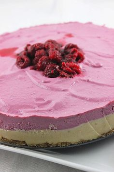raw raspberry cheesecake / looks sooo good! / via the purple carrot : Howard Howard Borger Raw Vegan Cheesecake, Raw Vegan Desserts, Raspberry Cheesecake, Vegan Cake, Vegan Sweets, Raw Food Recipes, Sweet Recipes, Dessert Recipes, Raspberry Cake