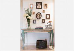 """Fotos antigas de família personalizam a decoração e tornam a casa especial. As molduras de época reforçam o clima de """"século passado"""""""