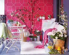 balkon gestalten-wand-pink gemustert Gartenstuhl-Wohntextilien