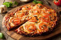 Der Pizzaboden aus Blumenkohl kann beliebig belegt werden.