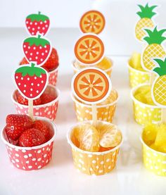 A Colorful Fruit & Juice Bar for Kids DIY Fruit and Juice Drinks Station – learn to style a fun, interactive, easy and super tasty drinks and fruit bar for your kids birthday or play dates! Fruit Party, Snacks Für Party, Party Drinks, Parties Food, Mouse Parties, Party Recipes, Fruit Birthday, Birthday Party Tables, Party Table Centerpieces