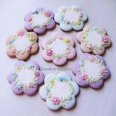 #sandrinikolacici #decoratedcookies #springcookies #spring #love #pastel #flowers #food #medenjaci Mother's Day Cookies, Fancy Cookies, Cute Cookies, Easter Cookies, Cupcake Cookies, Elegant Cookies, Flower Sugar Cookies, Cookie Frosting, Wedding Cookies
