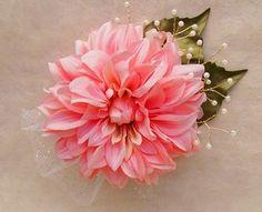 大輪のダリアにパールをあしらったコサージュ。普段使いのアクセサリーはもちろん、卒業・卒園・入学式や結婚式・謝恩会などに。ピン&クリップの2wayタイプです。(...|ハンドメイド、手作り、手仕事品の通販・販売・購入ならCreema。 Polymer Clay Flowers, Polymer Clay Earrings, Wedding Hair Pins, Bridal Hair, Ivory Wedding, Handmade Polymer Clay, Flower Pendant, Handmade Flowers, Vintage Flowers