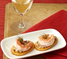 Shrimp Cocktail with Mustard Butter Whole grain mustard lends a crunchy, slightly spicy flavor contrast to the mildly sweet shrimp topping these crackers. Wine Recipes, Great Recipes, Favorite Recipes, Girls Night Appetizers, Tapas, Wine Tasting Party, Wine Parties, Cheese Party, Appetizer Recipes