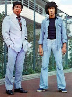ジーパン刑事 (1974) :::: 裾が広がったベルボトムが流行。日本ではパンタロン、ラッパズボンとも呼ばれた。テレビドラマ「太陽にほえろ!」のジーパン刑事の人気も急上昇、殉職時のセリフ「なんじゃ こりゃ」は流行語に。