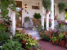53 Best Farmhouse Front Yard Decor and Design Idea - Farmhouse Landscaping, Front Yard Landscaping, Landscaping Ideas, Porche Chalet, Outdoor Rooms, Outdoor Gardens, Outdoor Living, Front Yard Decor, Front Porch Garden