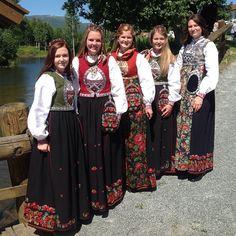 Damene ved broen :-) #kongeborden#bunader#bunadstua#krødsherad#norefjell Folk Costume, Costumes, Going Out Of Business, Medieval Dress, My Heritage, Amazing People, Traditional Dresses, Norway, Scandinavian