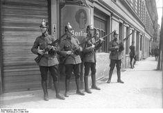 Bundesarchiv Bild 102-07717, Berlin, Mai-Unruhen - Schutzpolizei (Weimarer Republik) – Wikipedia