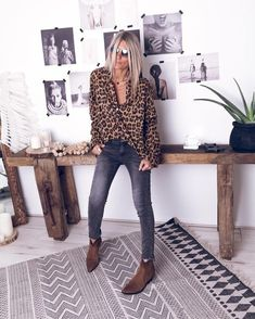 Loving this leopard print shirt and faded black jeans look with simple ankle boots - great for a coffee date of business casual office day. Trendy Outfits, Fall Outfits, Fashion Outfits, Womens Fashion, Fashion Trends, Estilo Fashion, Look Fashion, Urban Minimalist Fashion, Skinny Jeans Damen