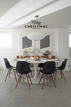 My all time loves: black and white as well as a round table. Classical designs I keep on loving too, the table Saarinen and the Charles and Ray Eames chair in black/wood.
