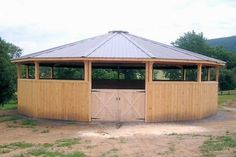 Covered Round Pens: Oak Hill Wooden Horse Pens For Sale Ranch Landscaping Ideas, Miniature Horse Barn, Round Pens For Horses, Hay Feeder For Horses, Pole Barn Construction, Barn Stalls, Horse Stalls, Horse Pens, Horse Shed