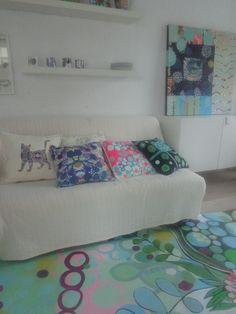 en el estudio. Cuadros, cojines, alfombras... Spaces, Bed, Furniture, Home Decor, Rugs, Cushions, Studio, Stream Bed, Interior Design