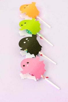 DIY ghost lollipop holders for Halloween - with free printable!