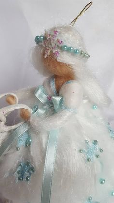 Snow fairy in carded wool hushed with Waldorf-inspired needle Felt Christmas, Christmas Projects, Easy Felt Crafts, Wooly Bully, Felt Angel, Handmade Soft Toys, Snow Fairy, Fairy Jars, Felt Fairy
